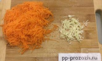 Шаг 3: Пока жарится лук, натрите на мелкой терке морковь и чеснок.