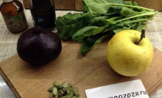 Шаг 1: Подготовьте ингредиенты. Отварите свеклу до готовности. Яблоко и шпинат промойте.