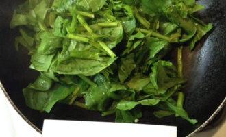Шаг 3: На сухой сковороде с небольшим количеством воды сварите рубленый шпинат.