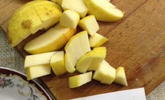 Шаг 5: Яблоко нарежьте кубиками, не удаляя кожуру - в ней много витаминов.