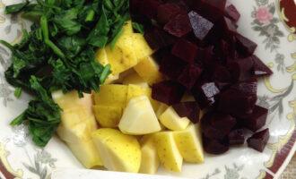 Шаг 6: В тарелке смешайте свеклу, шпинат, семечки и яблоко.