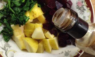 Шаг 7: К салату добавьте 2 грамма масла расторопши, его сладковатый вкус выгодно подчеркнет вкус салата. И добавьте 2 столовые ложки бальзамического уксуса (или лимонного сока).