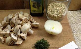 Шаг 1: Подготовьте ингредиенты.  Шампиньоны и гречку тщательно промойте. Вскипятите 1 литр воды.