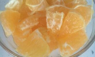 Шаг 5: Очистите и нарежьте апельсин.