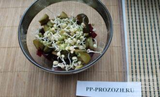 Шаг 5: Добавьте проростки чечевицы и соль по вкусу.