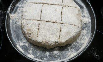 Шаг 6: Выложите тесто на присыпанный мукой противень или бумагу для выпечки, сформируйте круг толшиной 3-4 см, присыпьте мукой и сделайте сверху надрезы.