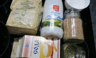 Шаг 1: Подготовьте ингредиенты: цельнозерновую муку, отруби, соль, соду, зелень (при желании) и кефир.