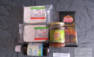 Шаг 1: Подготовьте ингредиенты: творог, джем, шоколад и сахарозаменитель.