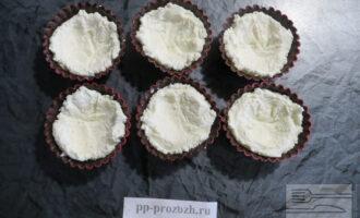 Шаг 6: В застывшие шоколадные корзиночки выложите творожную начинку, сделав небольшое углубление для джема.
