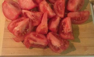 Шаг 6: Ошпарьте помидоры и снимите с них кожицу. Нарежьте их на четыре части.