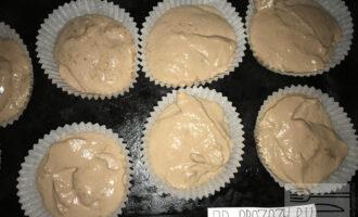 Шаг 4: Разлейте тесто в формочки для кексов. У меня бумажные формы для выпечки кексов. Поставьте выпекаться в разогретую до 180 градусов духовку на 20-30  минут.