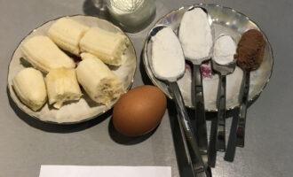 Шаг 1: Подготовьте необходимые ингредиенты: банан, миндальное молоко, яйцо, рисовую муку, какао-порошок, разрыхлитель теста.