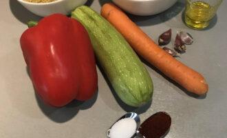 Шаг 1: Подготовьте необходимые ингредиенты: булгур, фасоль, болгарский перец, кабачок, морковь, чеснок, оливковое масло, паприку, соль.