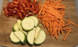 Шаг 2: Морковь и болгарский перец нарежьте соломкой, кабачок полукольцами.