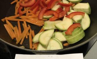 Шаг 5: Добавьте болгарский перец и кабачок. Готовьте под крышкой в течение 2 минут.