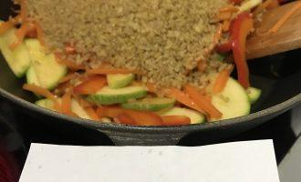Шаг 6: К овощам всыпьте булгур.