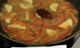 Шаг 7: Влейте в сковороду горячей воды, добавьте соль, паприку, перемешайте, накройте крышкой и готовьте на стреднем огне в течение 15 минут.