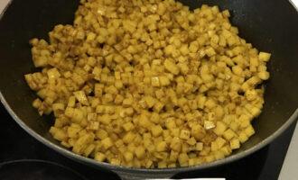Шаг 4: К специям добавьте картофель и перемешайте несколько раз.