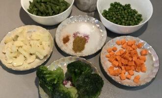 Шаг 1: Подготовьте необходимые ингредиенты: кокосовое молоко, стручковую фасоль, зелёный горошек, цветную капусту, брокколи, морковь, перец чили, карри, соль. Если овощи замороженные, то предварительно разморозьте их.