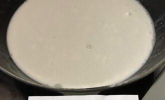 Шаг 2: В сковороду влейте кокосовое молоко и подогрейте.