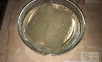 Шаг 2: Залейте фунчозу горячей водой на 10 минут.