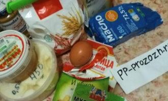 Шаг 1: Подготовьте необходимые ингредиенты. Масло можно заранее растопить.