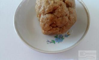 Шаг 4: Влейте сливочное масло. Замесите тесто.  Оберните тесто пленкой и оставьте на 20-30 минут.