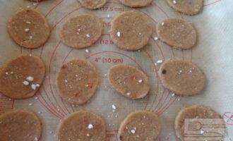 Шаг 6: Посыпьте печенье фруктозой. Положите на противень коврик или бумагу для выпечки. Выпекайте при температуре 200 градусов 10-15 минут.