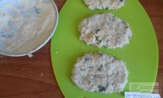 Шаг 5: Сформируйте котлеты и панируйте в манке. Обжаривайте на сковороде в растительном масле.