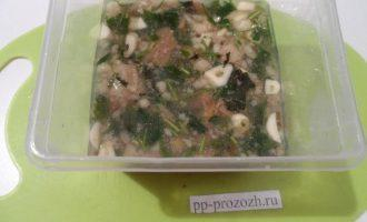 Шаг 5: Перелейте говяжий бульон в форму вместе с мясом. Добавьте чеснок, вареное яйцо и грибы. Посолите и поставьте застывать в холодильник.
