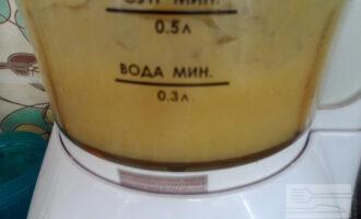 Шаг 3: Измельчите кабачок в блендере. Добавьте какао и семечки. Хорошо взбейте.