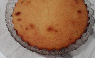 Шаг 7: Готовый пирог остудите и нарежьте на порции.