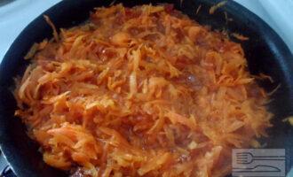 Шаг 2: Натрите морковь на терке, измельчите курагу. Смешайте вместе и протушите на сковороде.