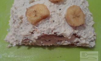 Шаг 9: Промажьте каждый корж начинкой, выложите пластинками банан. Уберите торт в холодильник на пару часов до застывания.