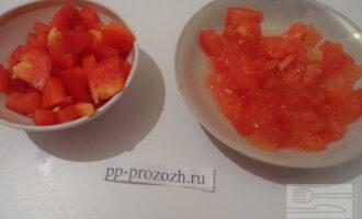 Шаг 2: Нарежьте кубиком перец и помидор.
