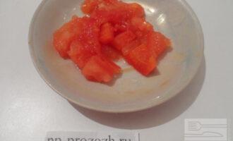 Шаг 3: Измельчите помидор.