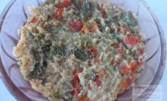 Шаг 7: Готовый омлет переложите в тарелку и посыпьте зеленью.