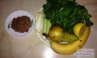 Шаг 1: Подготовьте зелень, банан, грушу, сельдерей, лимон и семена льна.