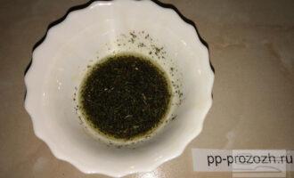 Шаг 5: Приготовьте соус. Смешайте оливковое масло, соевый соус и сушеную петрушку.