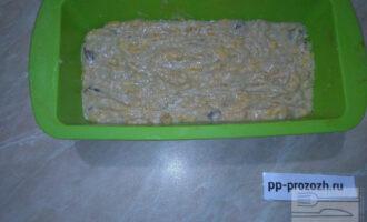 Шаг 5: Выложите тесто в силиконовую форму.