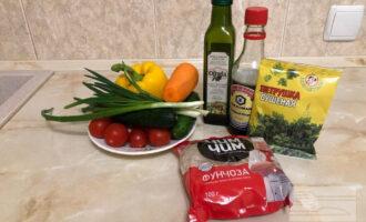 Шаг 1: Приготовьте необходимые ингредиенты. Хорошо промойте овощи и лук, почистите морковку.