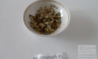 Шаг 3: Очистите тыквенные семечки от шелухи.
