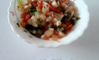 Шаг 6: Приготовьте начинку.  Измельчите помидор, лук и чеснок. Хорошо перемешайте и добавьте зелень.