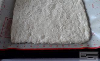 Шаг 7: Растелите на противень коврик или бумагу для выпечки. Раскатайте тесто.