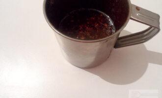 Шаг 2: Приготовьте глазурь. Смешайте вместе растительное масло, воду, фруктозу и какао. Варите на водяной бане до загустения.