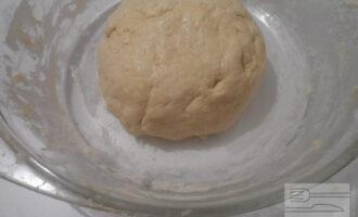 Шаг 4: Замесите тесто. Оберните пищевой пленкой и оставьте на 20 минут.