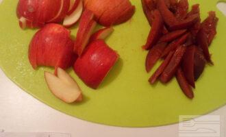 Шаг 5: Нарежьте яблоко и сливу полосками.