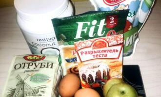 Шаг 1: Подготовьте продукты для шарлотки.