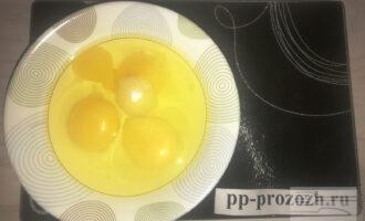 Шаг 3: Разбейте 3 яйца и всыпьте в них сахарозаменитель. Взбейте венчиком до пены.