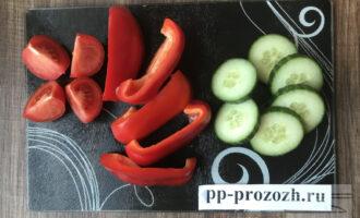 Шаг 3: Нарежьте помидоры, перец и огурцы кусочками средней толщины.